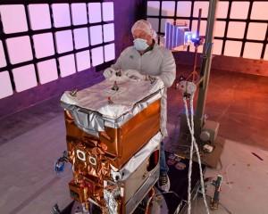 Un steward s'apprête à quitter la terre pour venir apporter les plateaux repas de l'équipage de l'iss