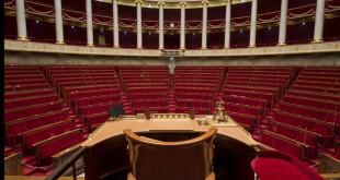 L'hémicycle vide, ou presque, les 3 députés présents dorment allongés sous les tables