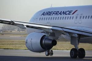 Un avion contrefait facilement reconnaissable grâce au nom de la compagnie aérienne mal orthographié