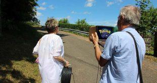 Deux retraités, minitel et rallonge électrique à la main, comblés de pouvoir jouer eux aussi dans la rue à Pokémon Go